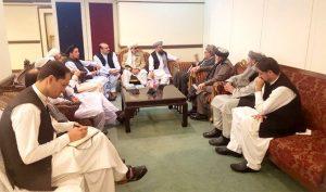 افغان وفد مولانا سمیع الحق سے ملاقات کررہا ہے